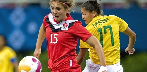 Brasileira Debinha perde na marcação e vê a canadense Elizabeth Woeller passar com a bola em partida da primeira fase do Pan (22/10/2011)