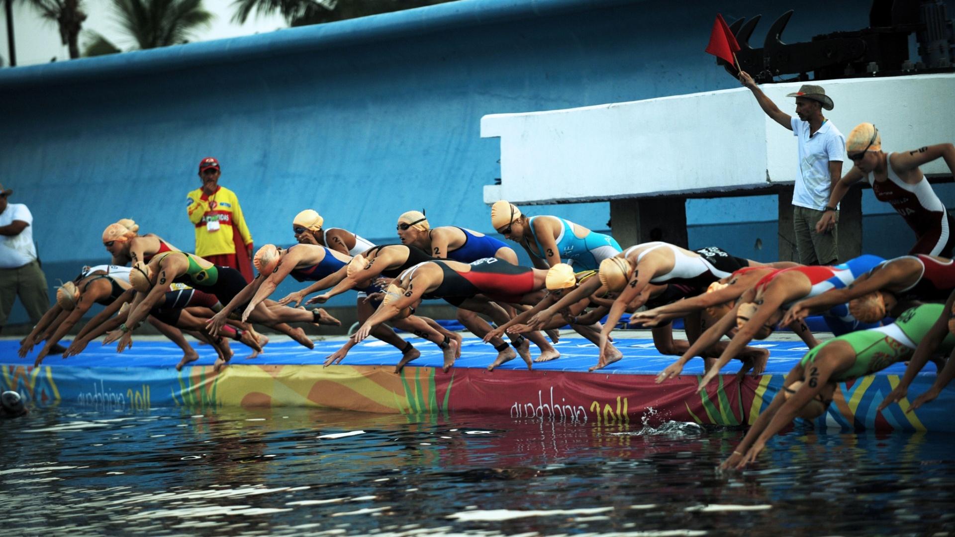 Brasileiras iniciaram a disputa do triatlo feminino neste domingo (23/10/2011)