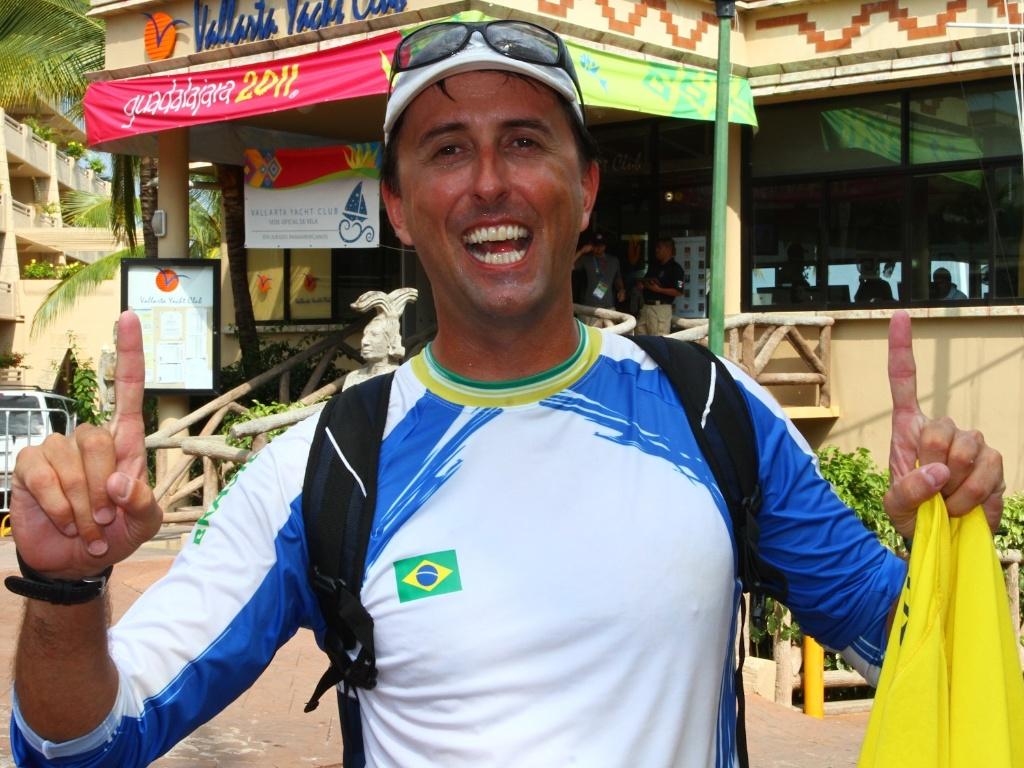 Brasileiro Alexandre Saldanha comemora a conquista da medalha de ouro no Pan (23/10/2011)