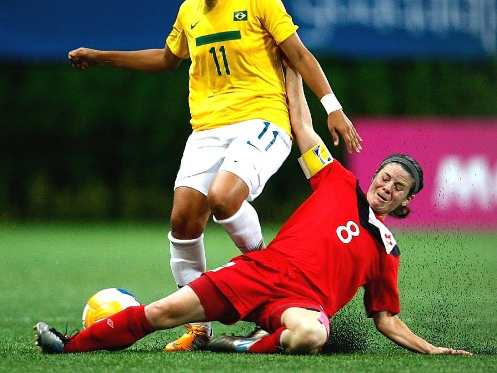 Canadense Diana Matheson entra no carrinho contra Tahis Guedes durante o empate em 0 a 0 entre as duas seleções, na terceira rodada do futebol feminino do Pan