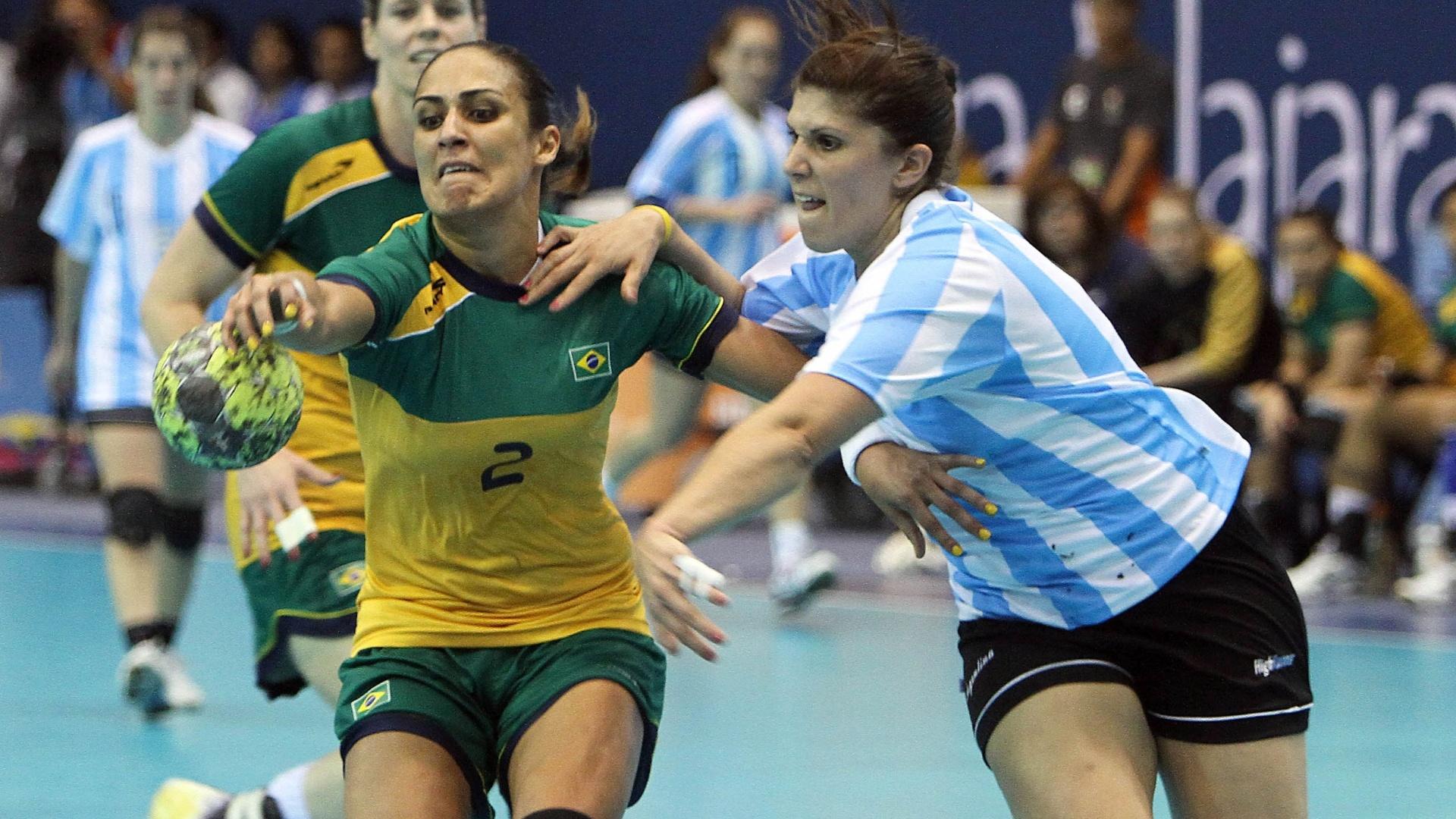 Fabiana controla bola contra a marcação da argentina Luciana Mendoza na final do handebol feminino no Pan (23/10/2011)