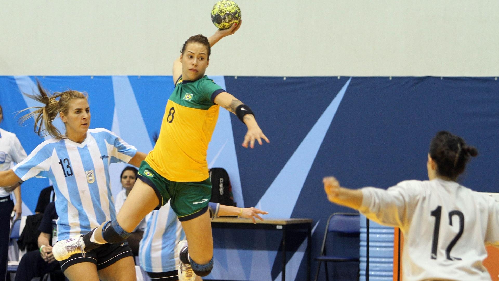 Fernanda arrisca arremesso contra a Argentina na final do handebol no Pan de Guadalajara (23/10/2011)