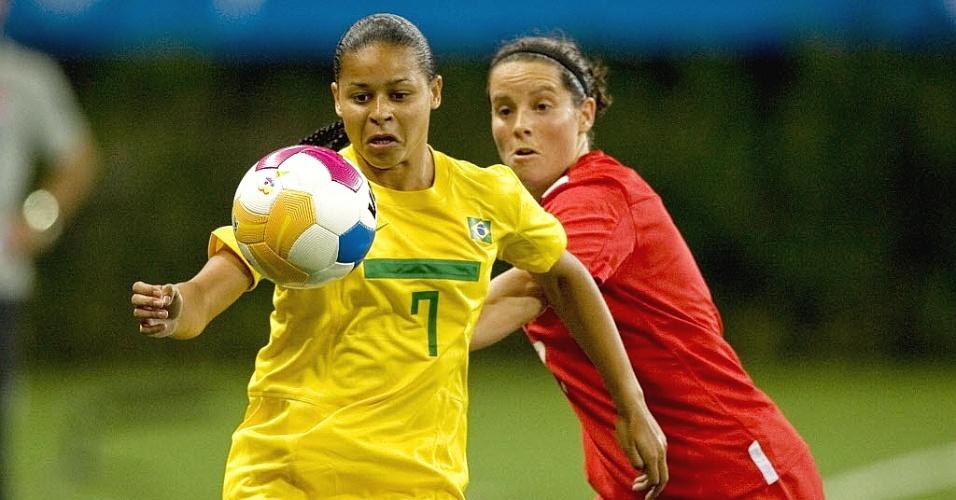 Francielle domina a bola marcada de perto por canadense no terceiro confronto da seleção brasileira de futebol feminino no Pan (22/10/2011)