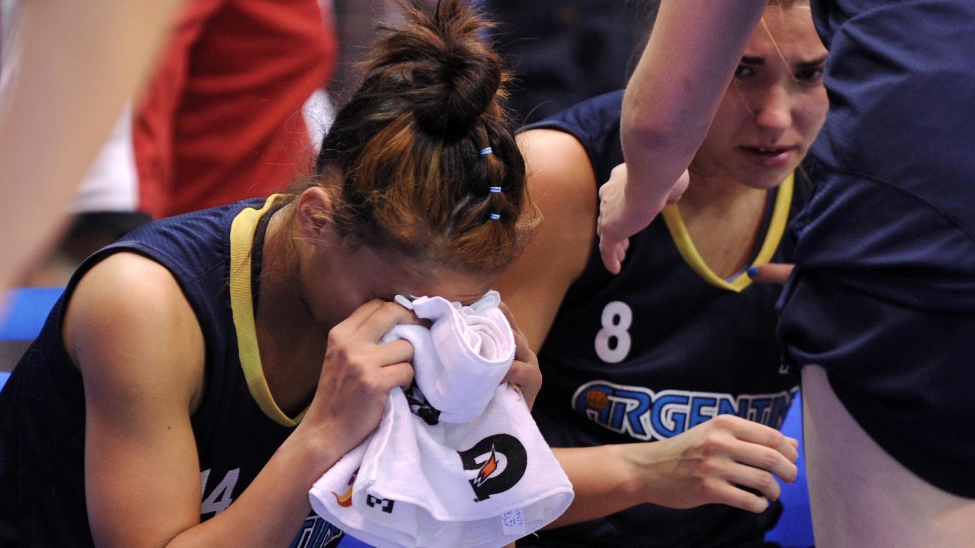 Jogadoras de basquete da Argentina choram depois da derrota para Porto Rico