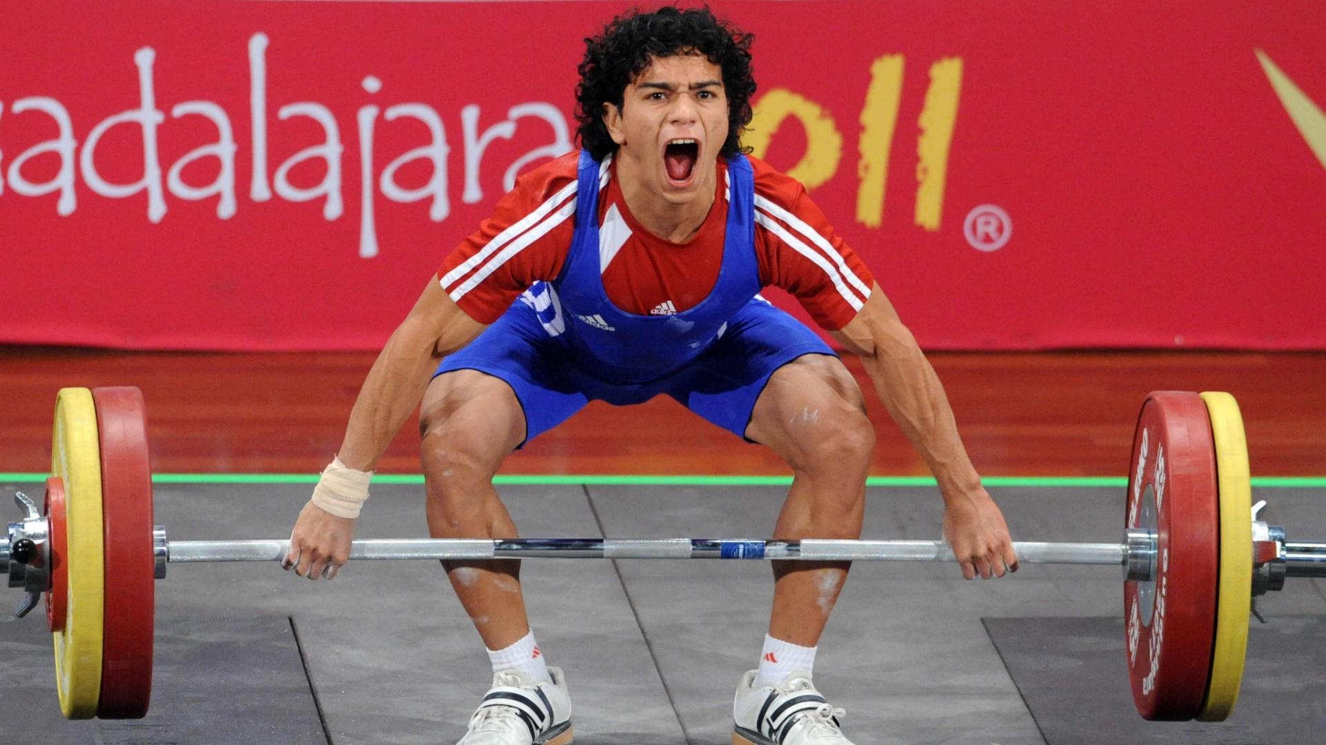 Julio Salamanca, de El Salvador, concentra todas as suas energias no levantamento de peso