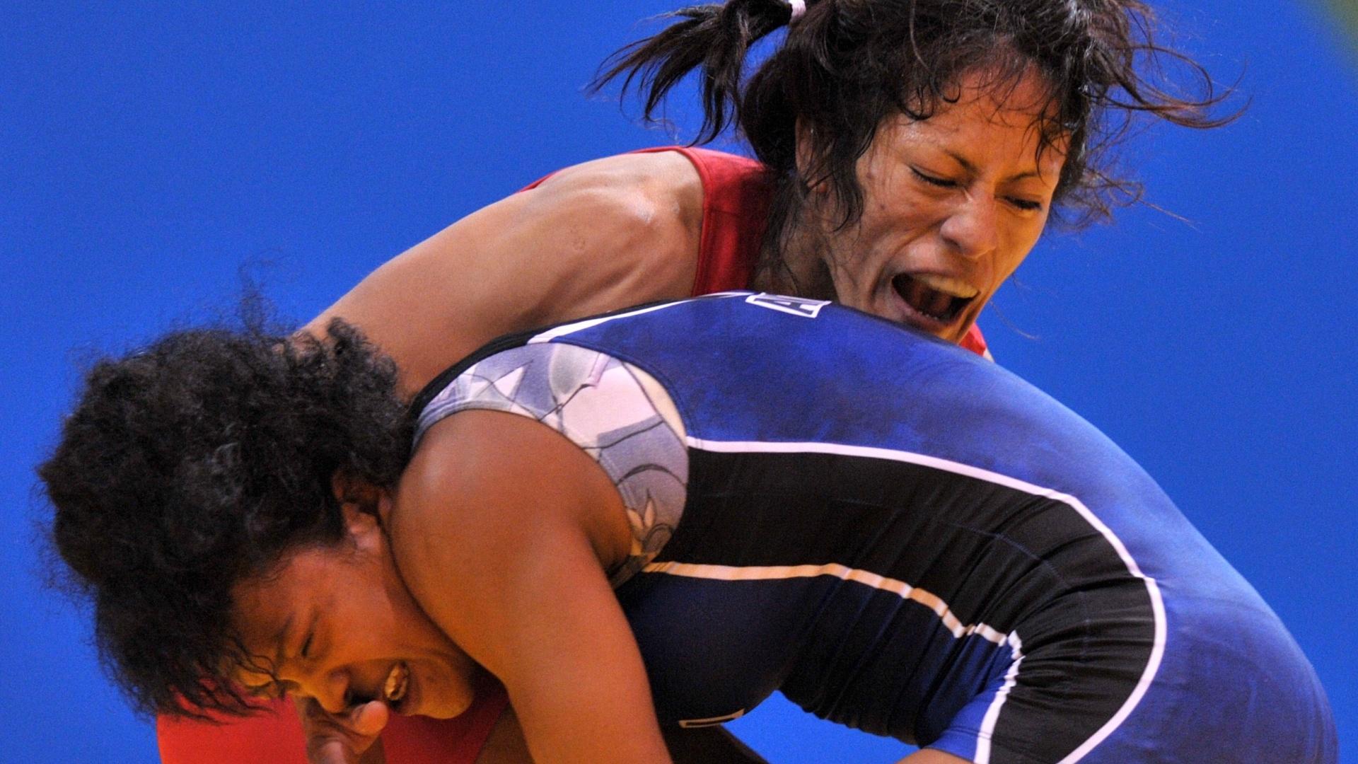 Lissette Antes e Jenny Mallqui se degladiam durante combate de luta olímpica no Pan de Guadalajara