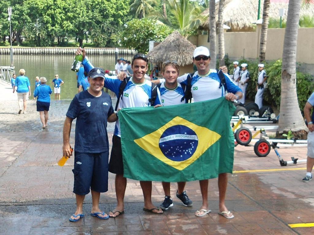 Maurício Santa Cruz, Daniel Santiago, Guilherme Hamelmann e Alexandre Saldanha comemoram ouro na classe J24 do Pan de Guadalajara (23/10/2011)