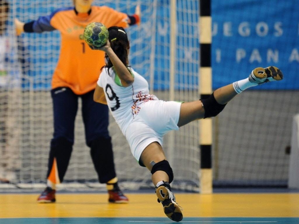 Mexicana Yesselly Garcia prepara arremesso no jogo de handebol contra o Brasil em Guadalajara