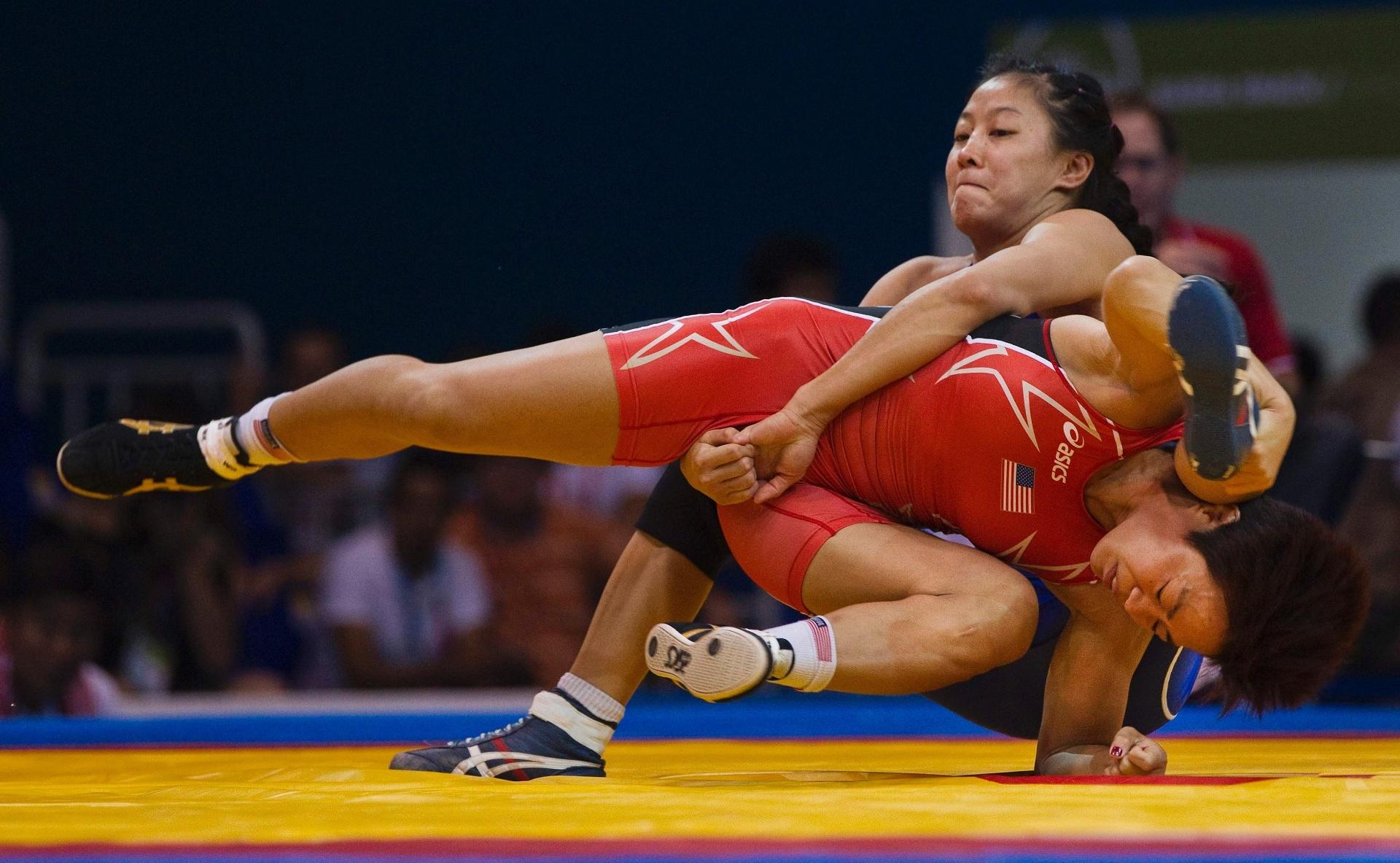 Na final da luta olímpica, categoria até 48kg, a canadense Carol Huynh (de azul) derrotou a norte-americana Clarissa Chun