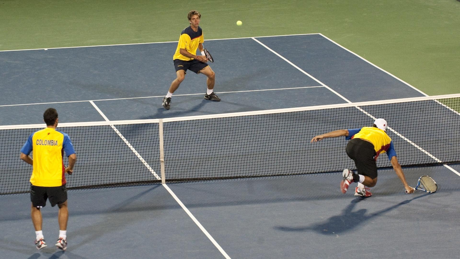 O tenista colombiano Robert Farah (dir.) se estica para volear a bola no jogo de duplas contra o Equador