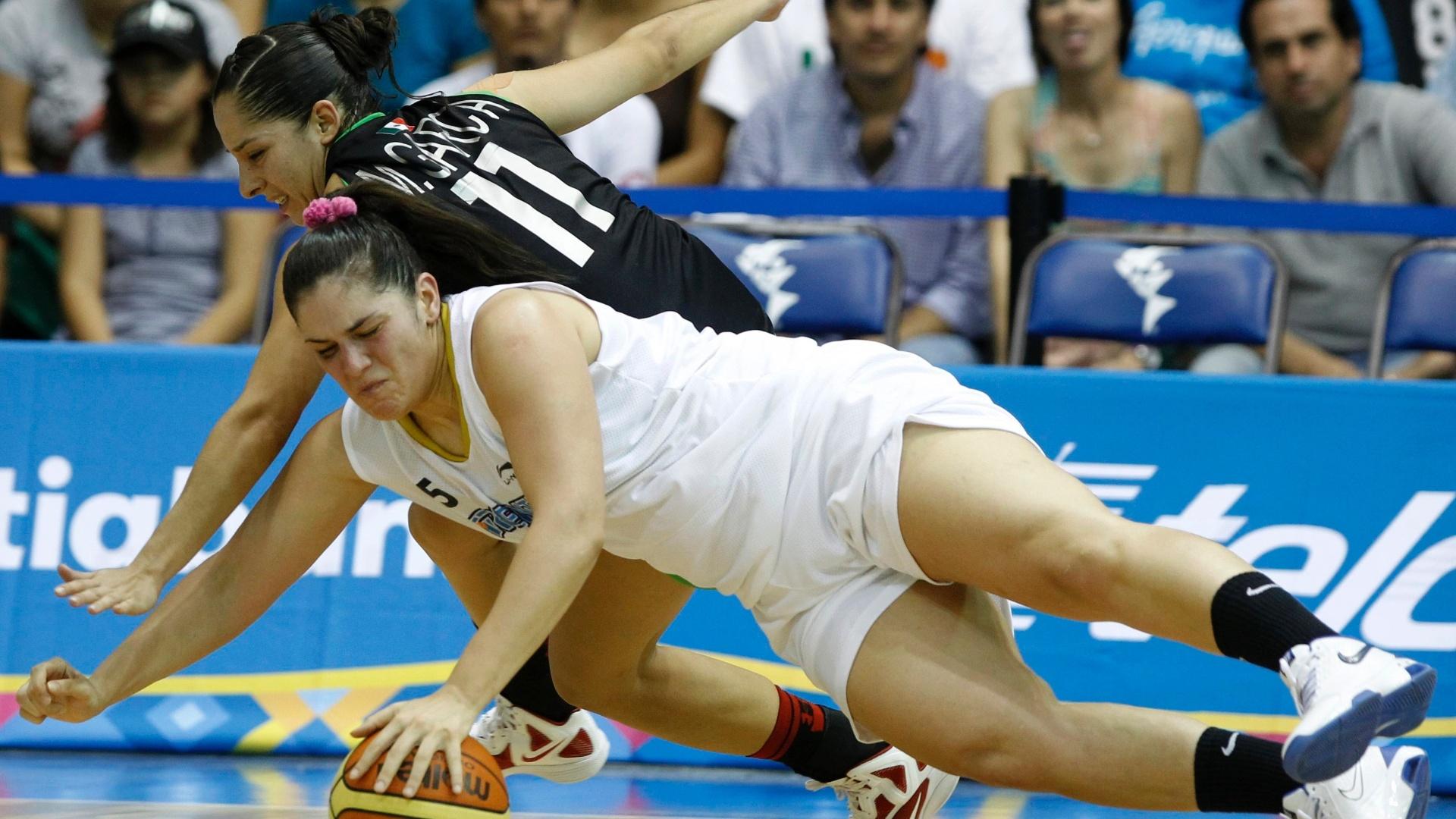 Ornella Santana (de branco) e Monica Garcia se desequilibram durante o confronto entre Argentina e México no basquete