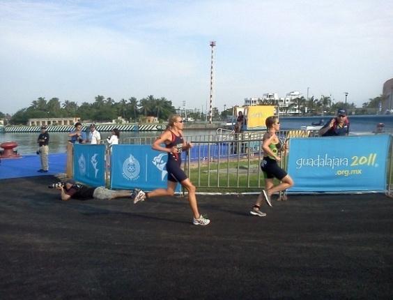 Pamella Nascimento brigou pelos primeiros lugares no triatlo (23/10/2011)