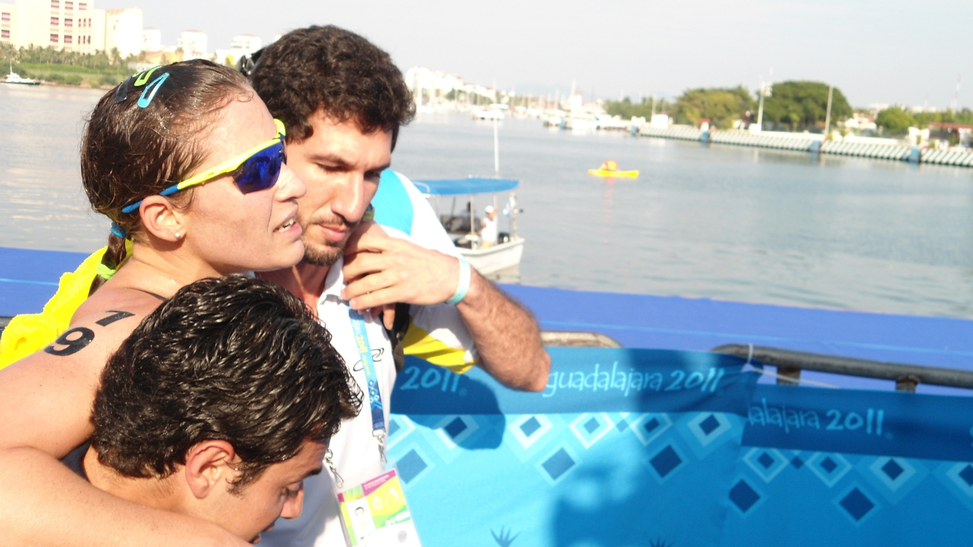 Pâmella Oliveira é carregada depois de chegar em terceiro e conquistar o bronze (23/10/2011)