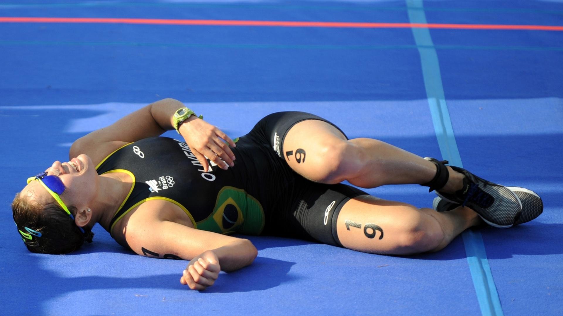 Pâmella Oliveira se jogou no chão após completar em terceiro no triatlo (23/10/2011)