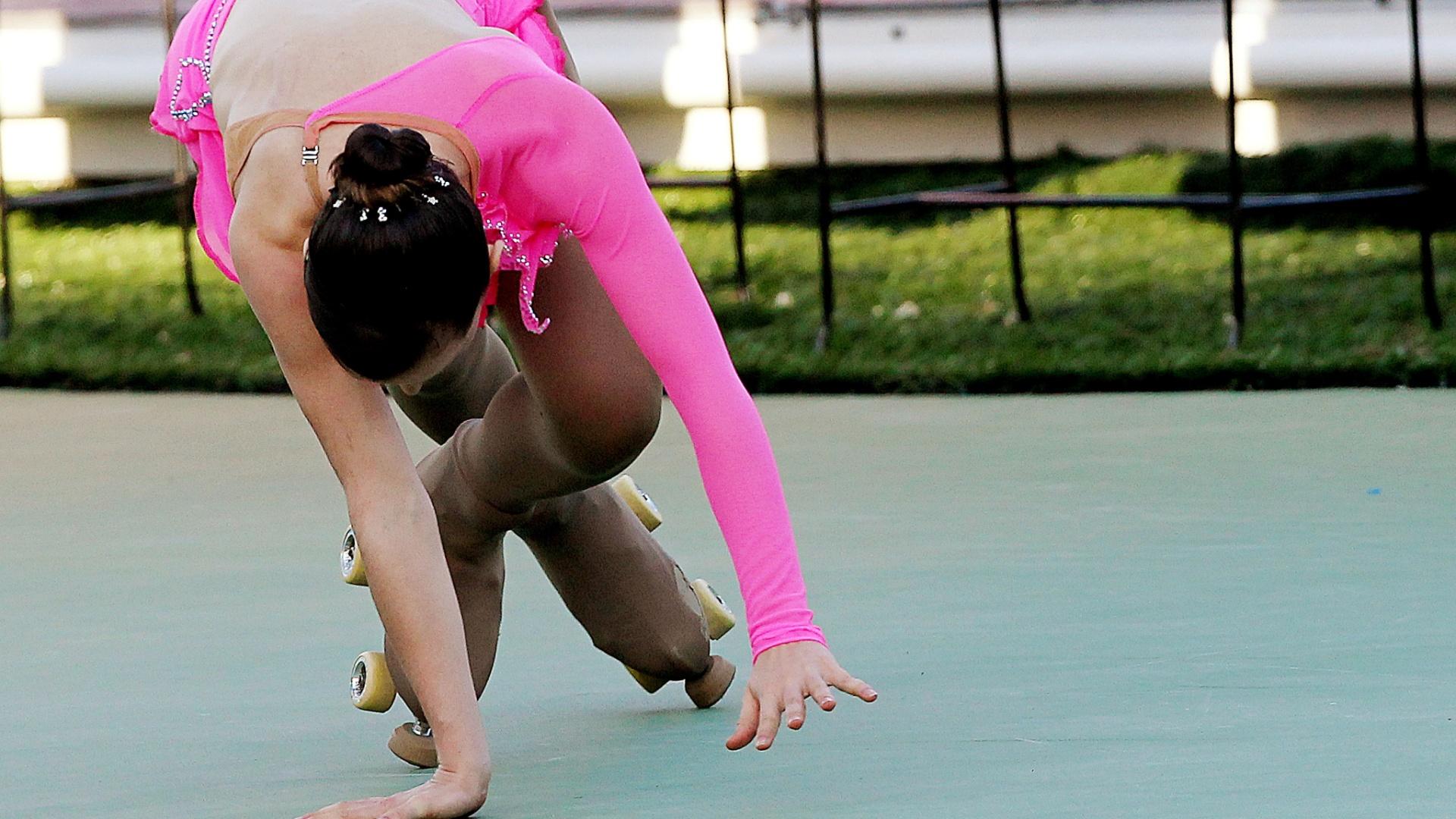 Patinadora brasileira Talitha Haas se desequilibra e cai em sua apresentação no primeiro dia da patinação artística (23/10/2011)