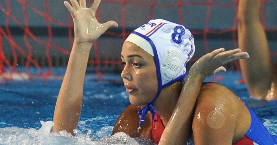 Porto-riquenha Alejandra Ortiz afunda a rival cubana Yadira Oms durante a disputa do polo aquático no Pan (23/10/2011)