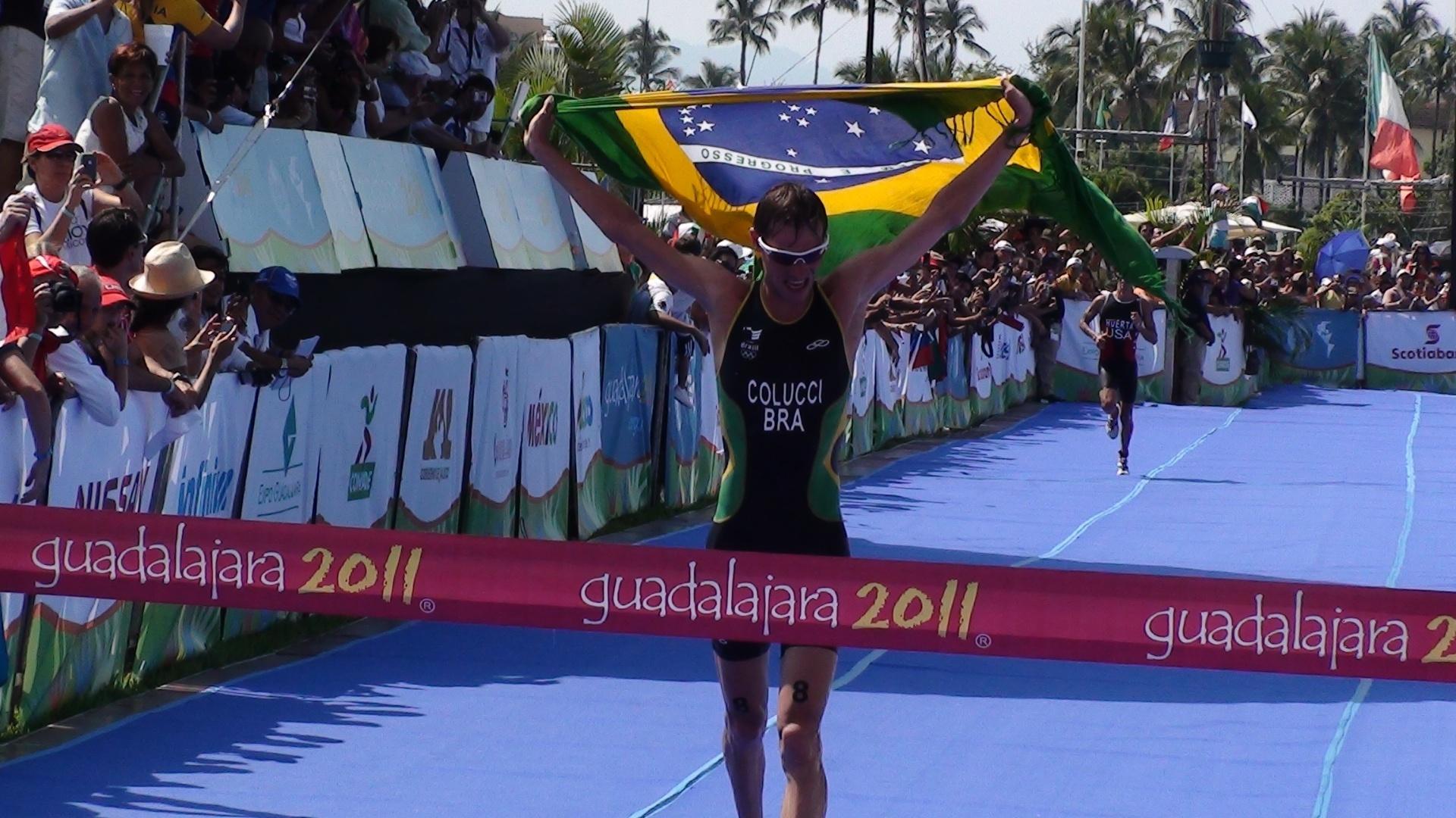 Reinaldo Colucci cruza a linha de chegada e conquista a medalha de ouro no triatlo (23/10/2011)
