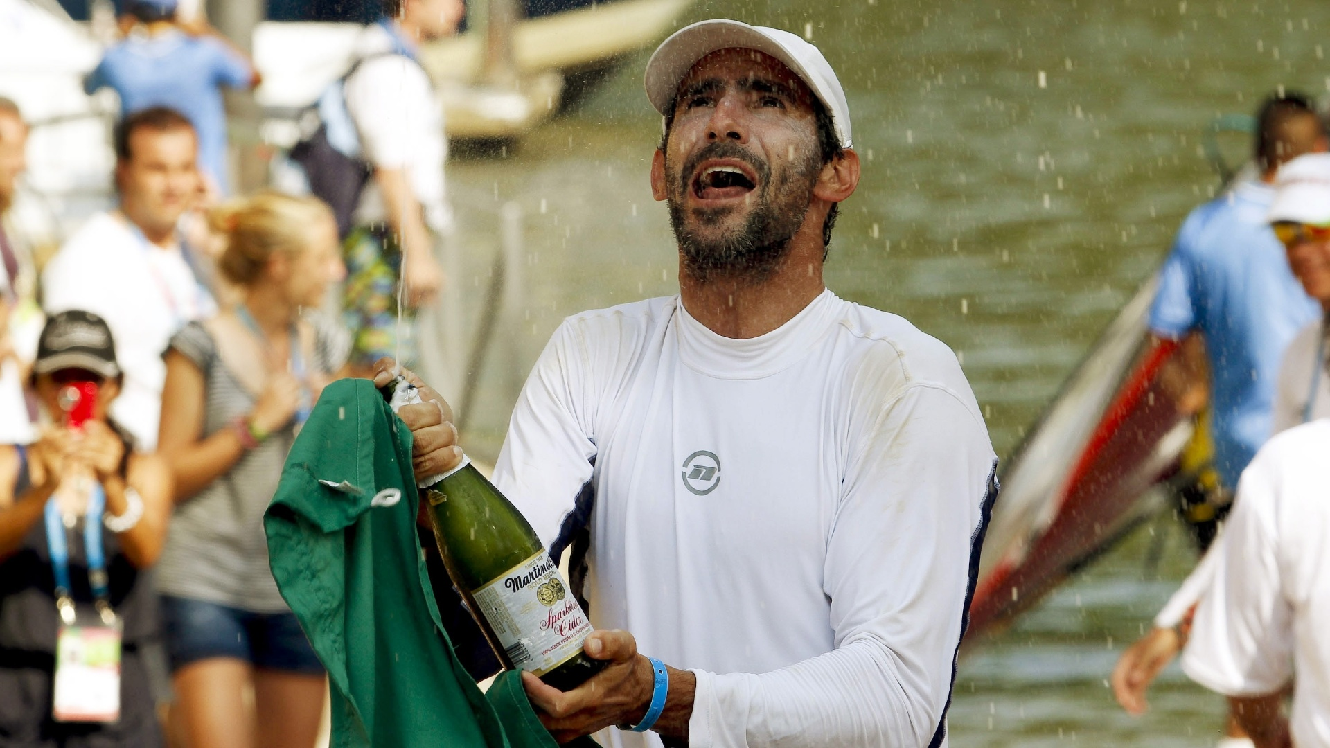Ricardo Winicki, o Bimba, comemora lançando champanhe após a conquista da medalha de ouro na RS:X (23/10/2011)