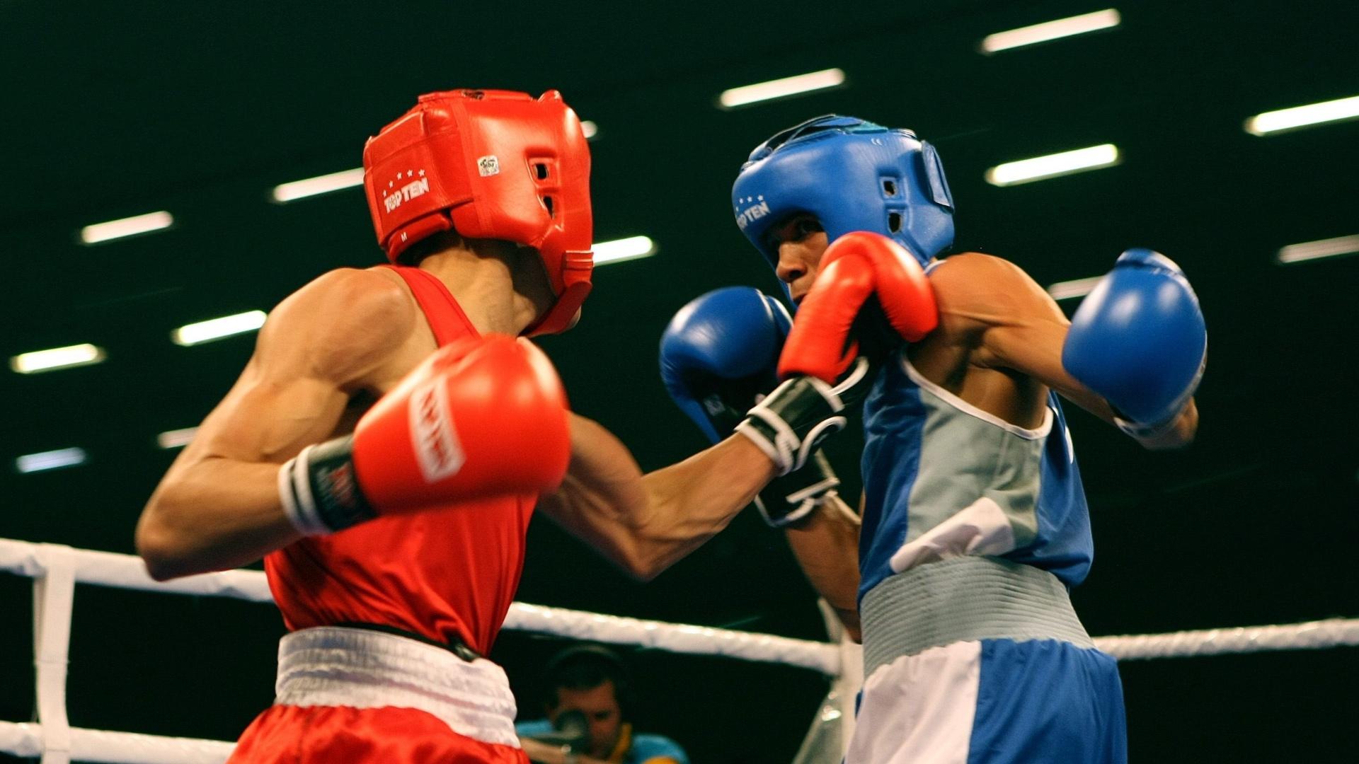 Robenilson de Jesus (de vermelho) encara o porto-riquenho Felix Verdejo na categoria galo (22/10/2011)