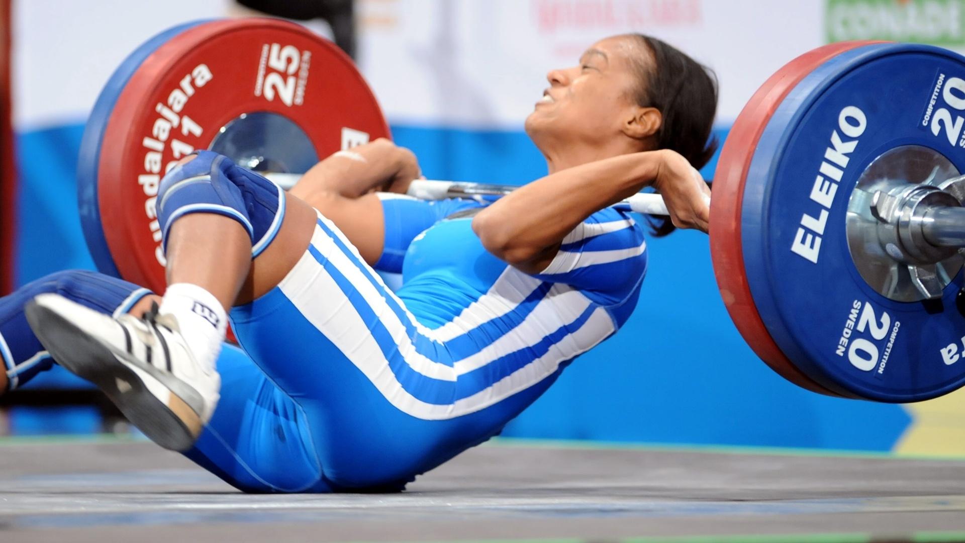 A atleta dominicana Yuderquis Contreras cai durante a prova de levantamento de peso em Guadalajara