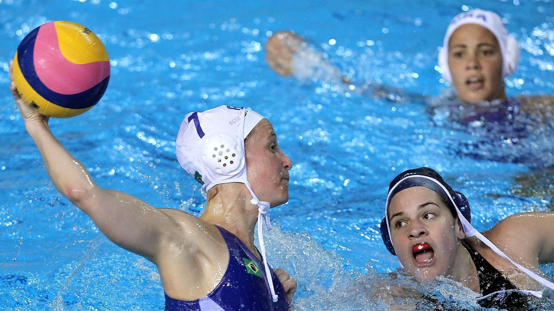 A brasileira Cristina Berr prepara arremesso, enquanto é observada pela rival canadense (24/10/2011)