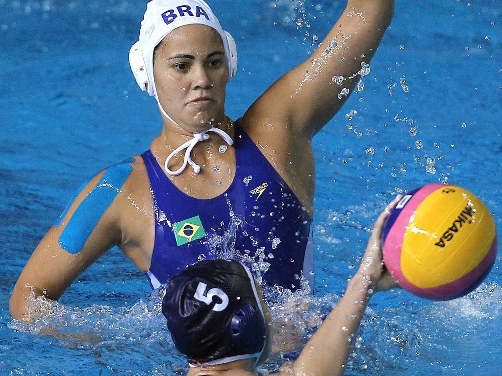 A brasileira Marina Canetti tenta marcar a adversária canadense durante partida pelo Pan de Guadalajara (24/10/2011)