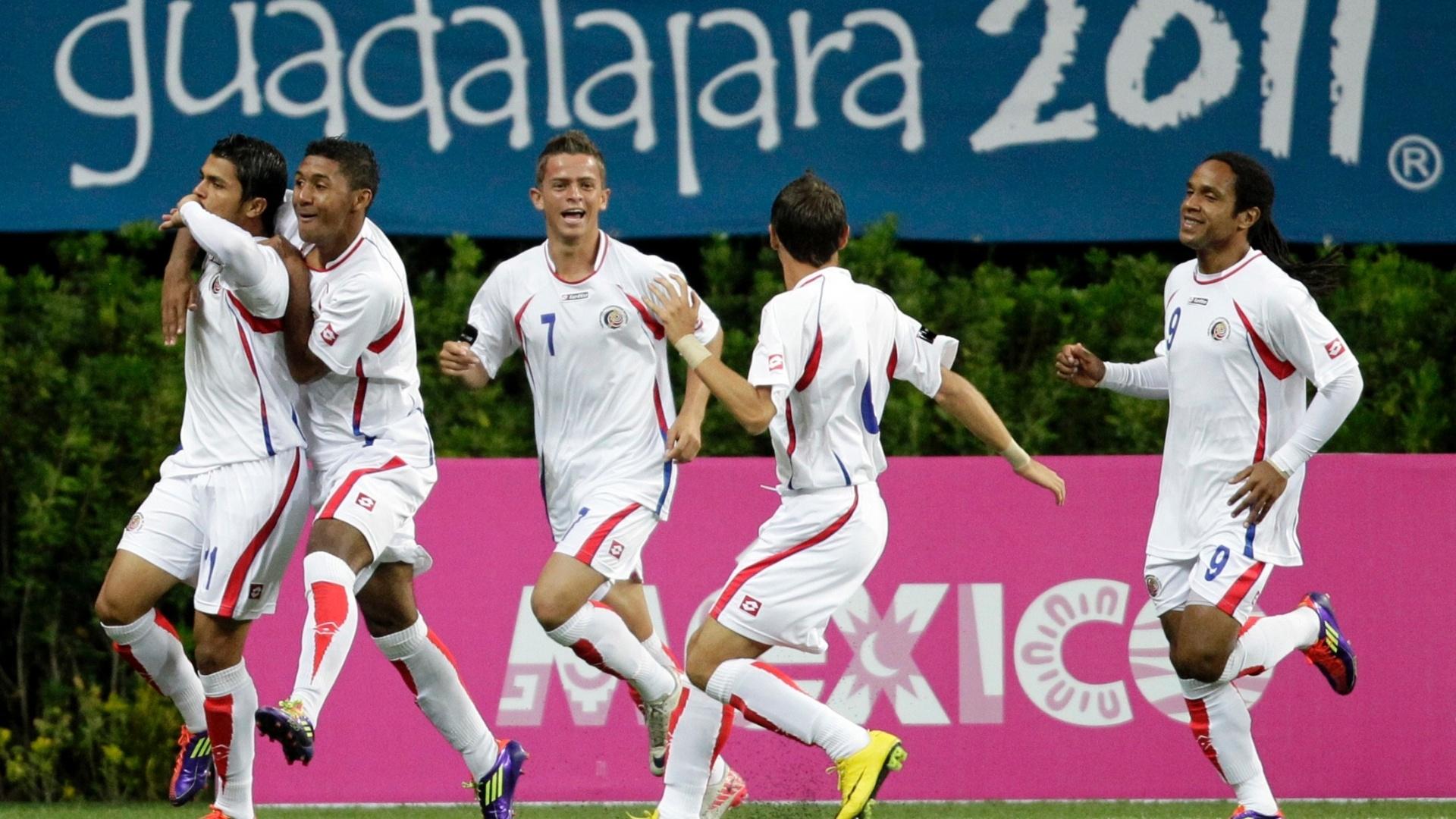 Andre McDonald (à direita), da Costa Rica, sai para comemorar com os parceiros de time a vitória sobre o Brasil