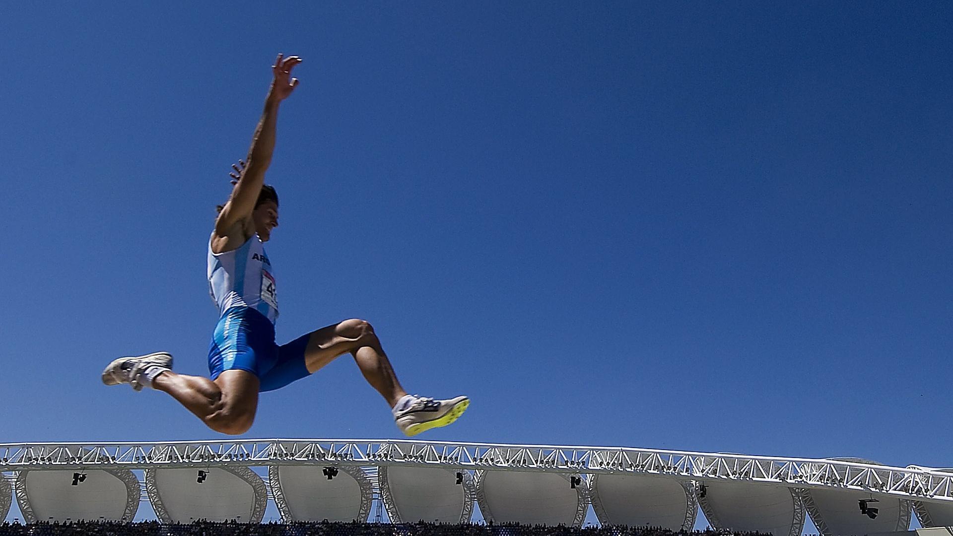 Atleta argentino durante a prova de salto em distância na competição de decatlo em Guadalajara