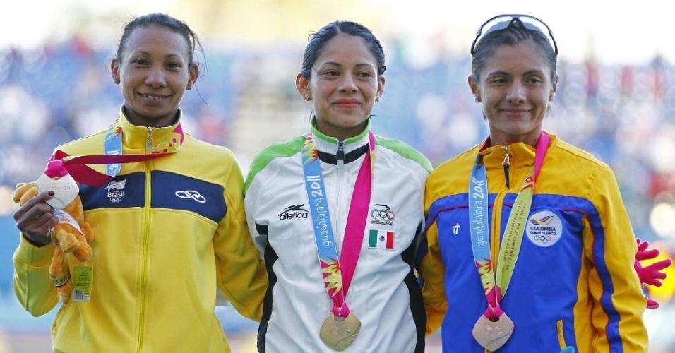 Brasileira Cruz Nonata comemora sua prata nos 10.000 m, no primeiro dia do atletismo nas pistas do Pan de Guadalajara