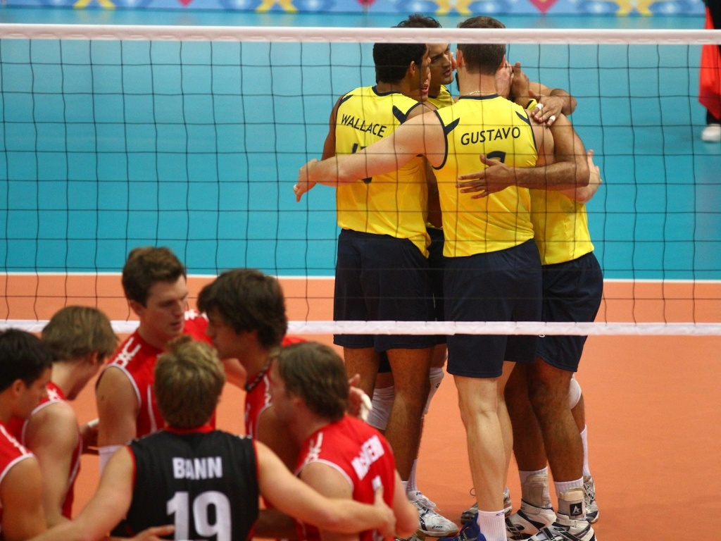 Brasileiros do vôlei comemoram ponto na estreia do Pan, diante do Canadá, nesta segunda-feira (24/10/2011)