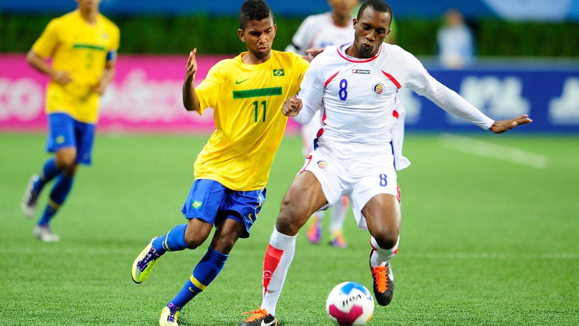Cidinho encara a marcação na partida entre Brasil e Costa Rica