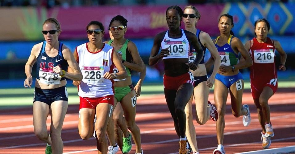 Competidoras, entre elas a brasileira Cruz Nonata, correm os 10 mil metros, no primeiro dia de provas no estádio de atletismo (24/10/2011)