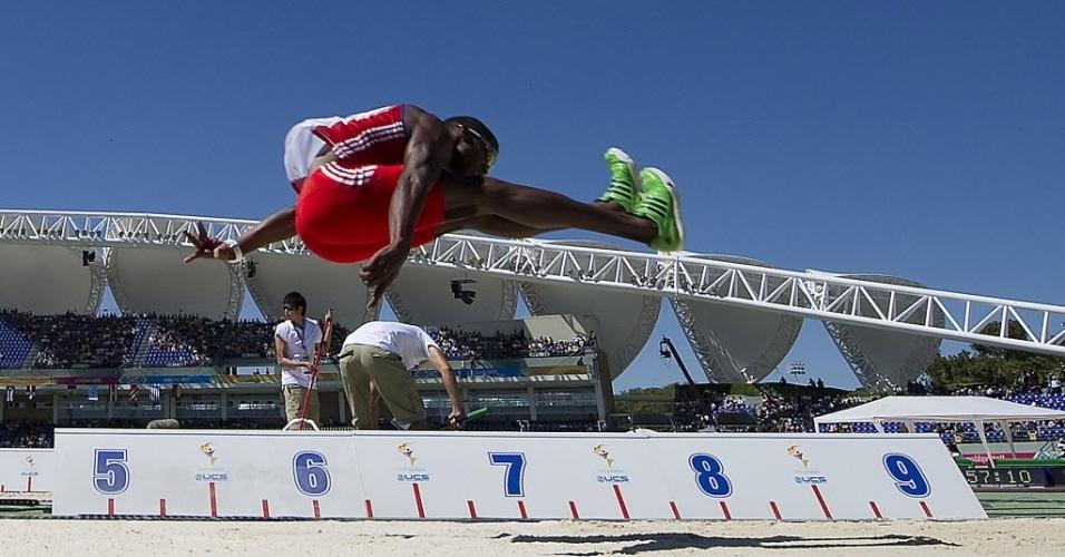 Cubano Leonel Suarez compete no salto em distância do decatlo durante o Pan (24/10/2011)