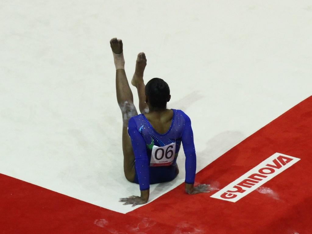 Daiane dos Santos cai durante apresentação na prova de solo e fica fora da briga por medalhas