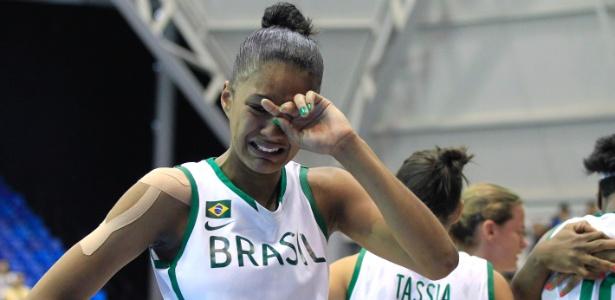 Damiris chora após a eliminação do Brasil para Porto Rico no basquete feminino