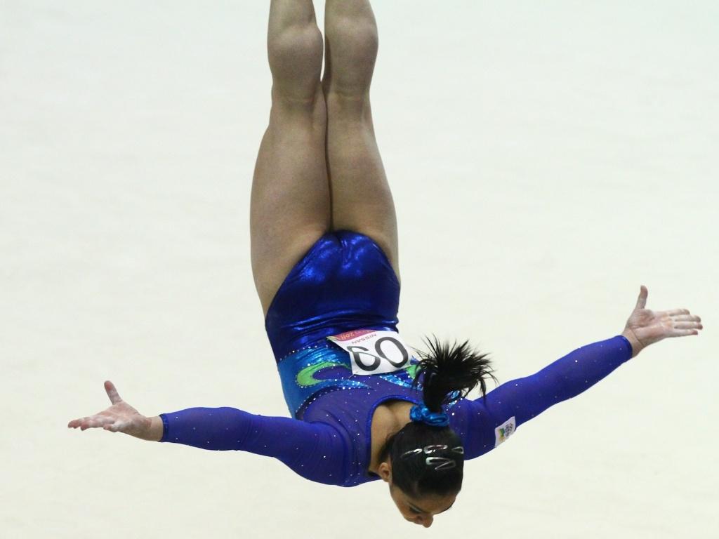 Daniele Hypolito disputa a competição por equipes da ginástica artística no Pan-2011