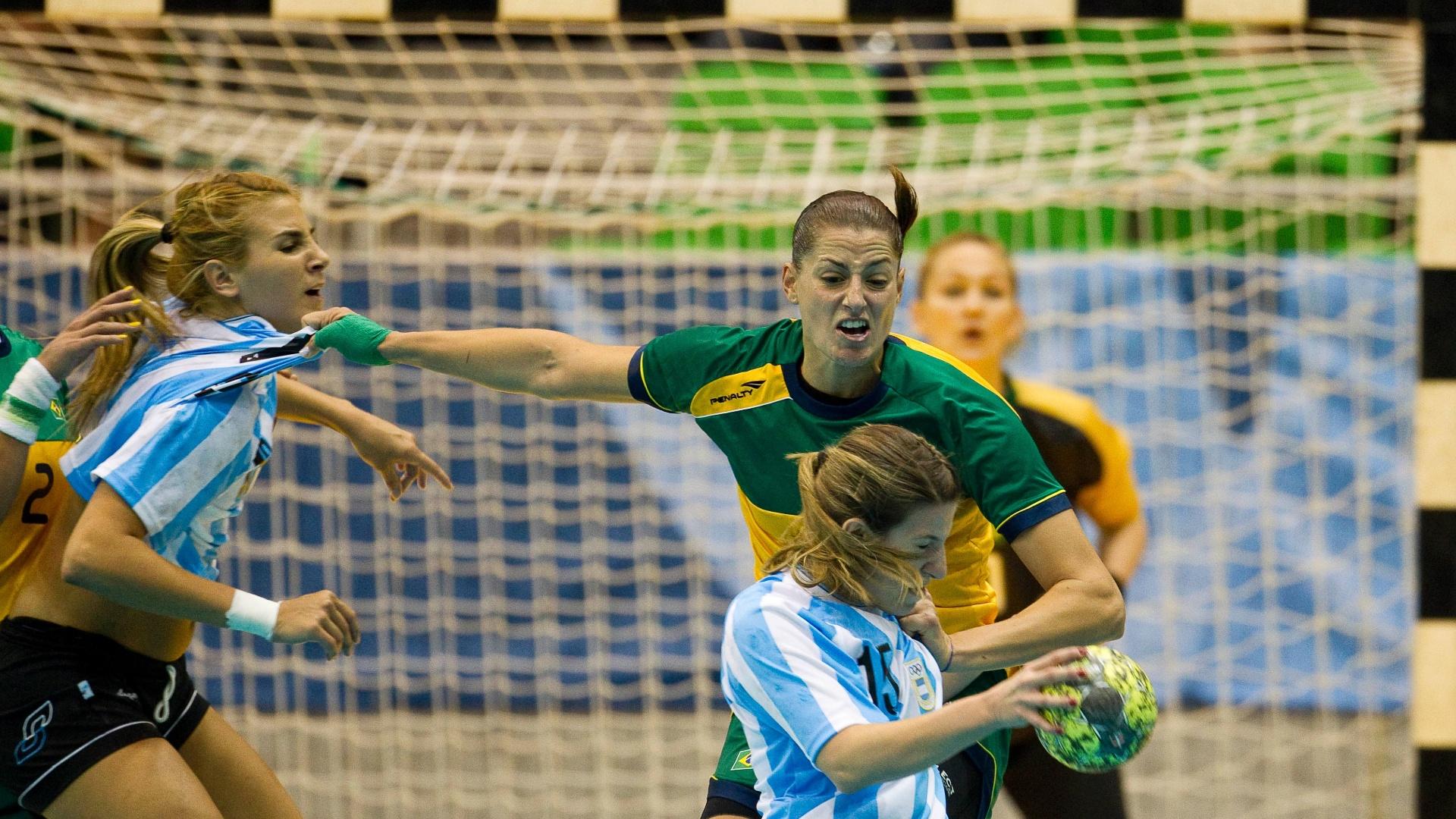Duda Amorim puxa as argentinas Antonela Mena e Silvana Totolo pela camisa ao mesmo tempo na vitória brasileira na final do handebol feminino (23/10/2011)