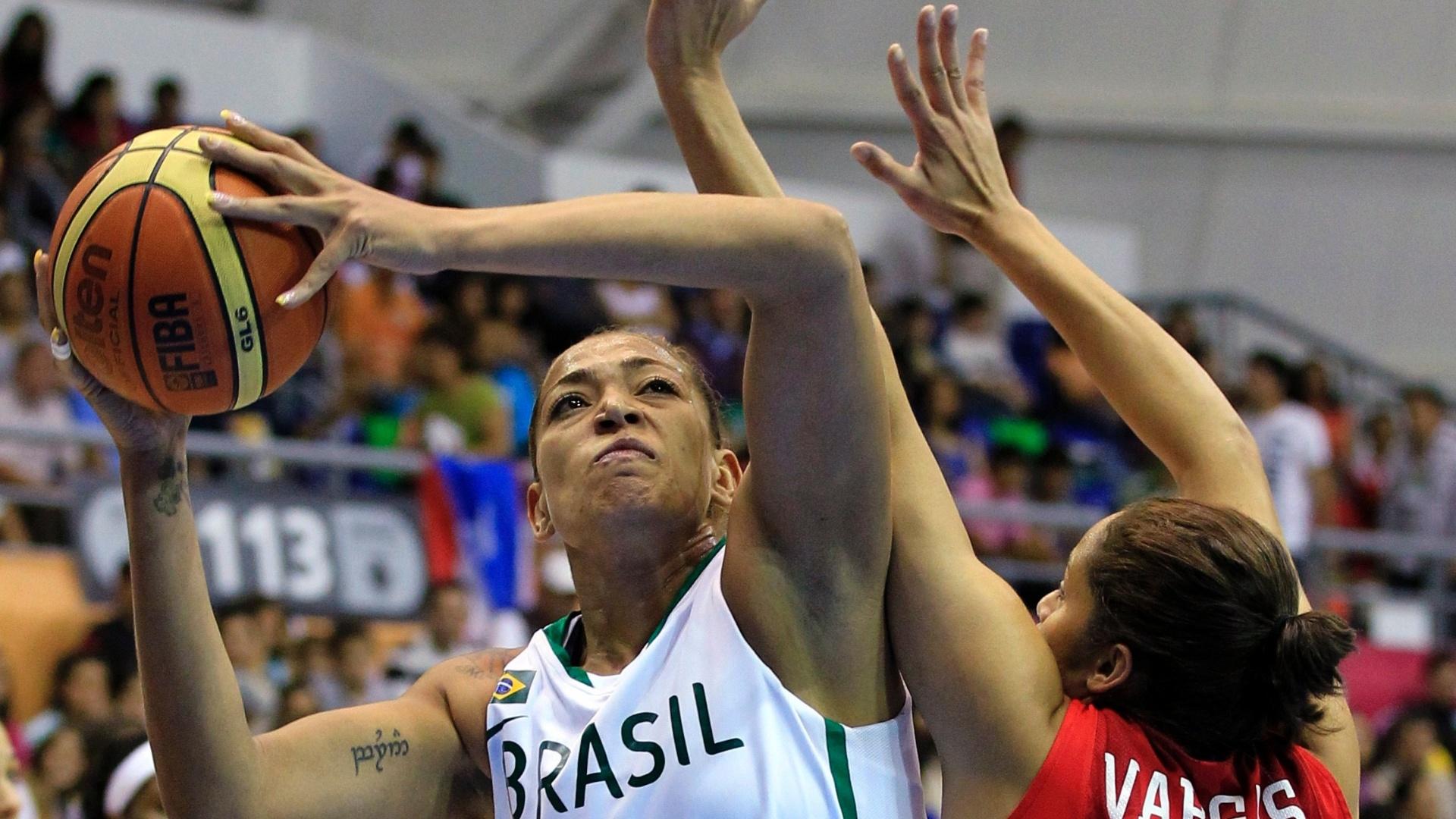 Erika disputa bola com a portorriquenha Vargas em derrota da seleção brasileira pela semifinal do basquete feminino no Pan (24/10/2011)