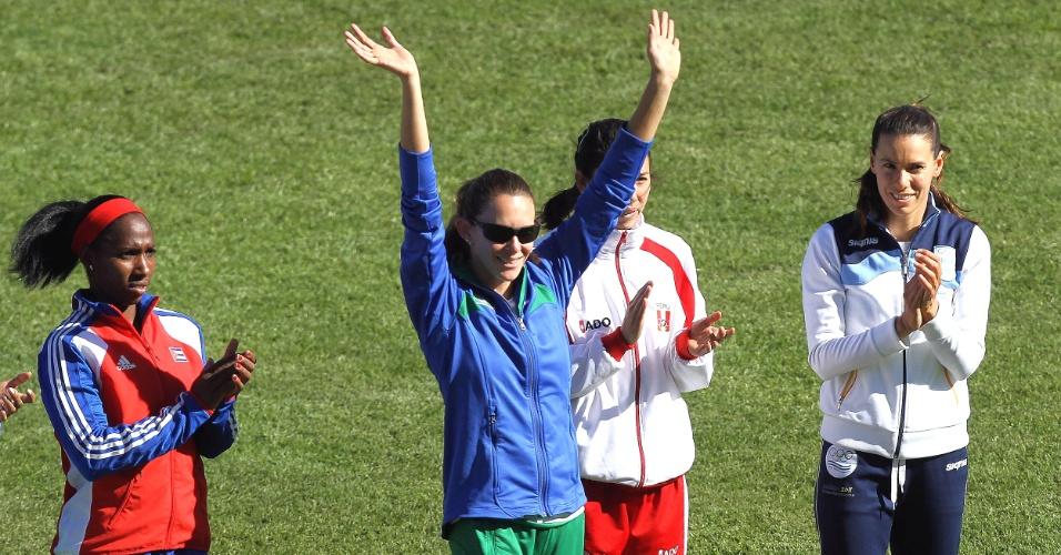 Fabiana Murer faz saudação para a torcida mexicana enquanto é apresentada para a disputa do salto com vara do Pan (24/10/2011)