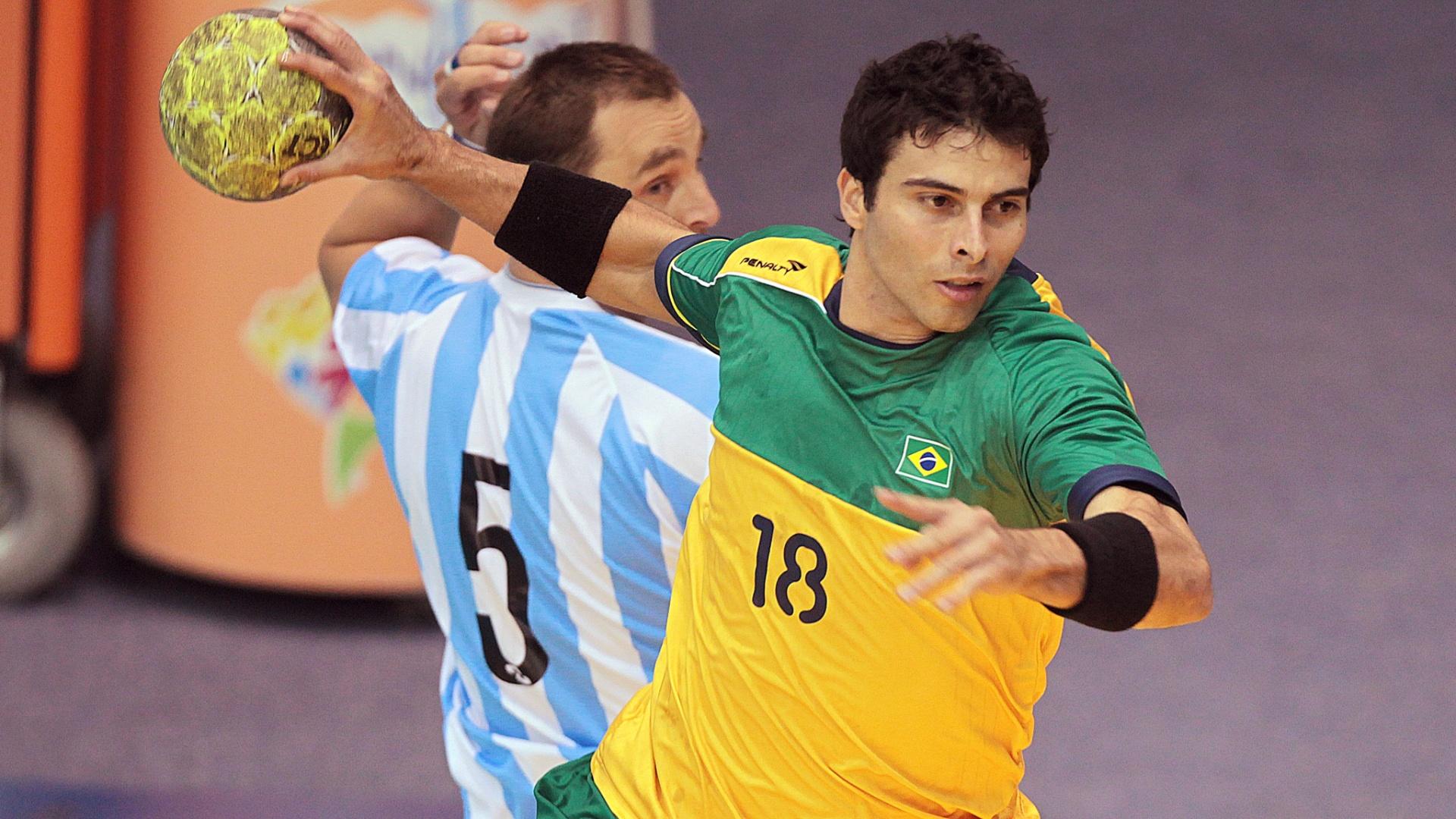 Felipe Borges arremessa e marca para o Brasil na decisão do handebol masculino, diante da Argentina (24/10/2011)