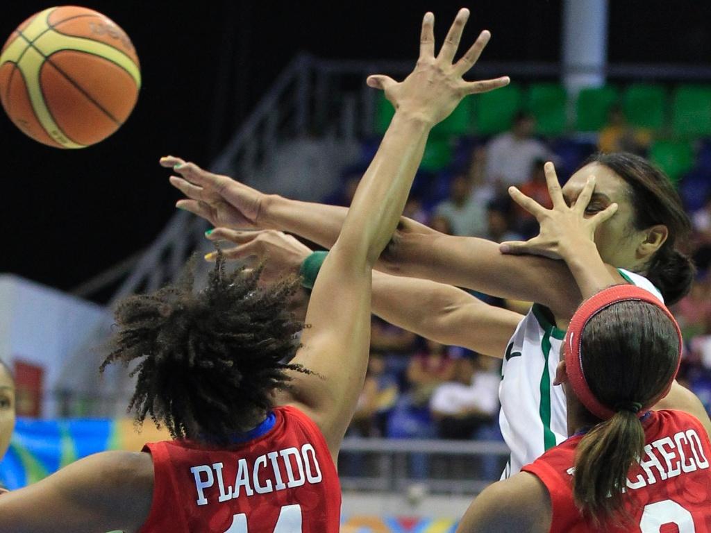 Iziane para na marcação das portorriquenhas Placido e Pacheco em derrota da seleção brasileira na semifinal do basquete feminino no Pan (24/10/2011)