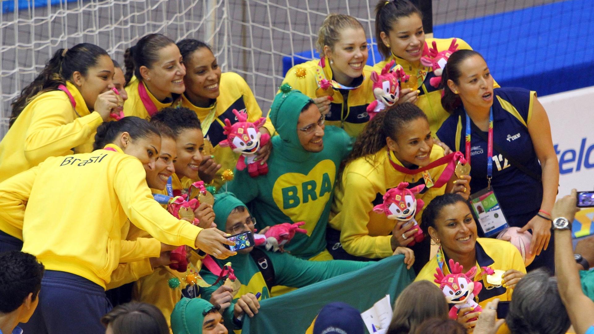 Jogadoras brasileiras comemoram com torcedores