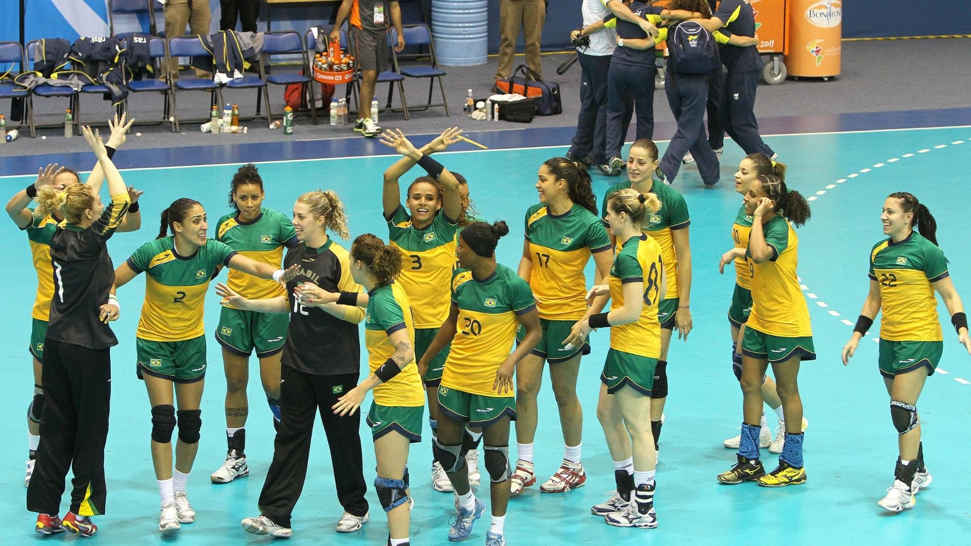 Jogadoras brasileiras comemoram ouro no handebol após vitória sobre a Argentina na decisão do Pan (23/10/2011)