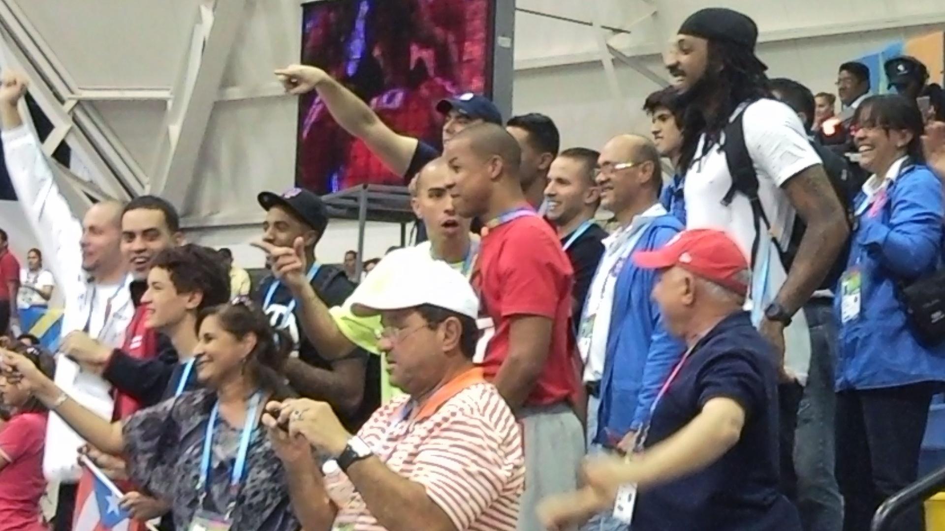Jogadores da seleção masculina de Porto Rico comemoram vitória do time feminino sobre o Brasil (24/10/2011)