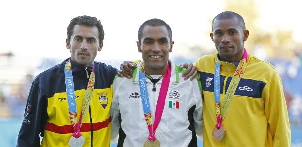 Joilson da Silva comemora o bronze conquistado nos 5.000 m, no Pan de Guadalajara
