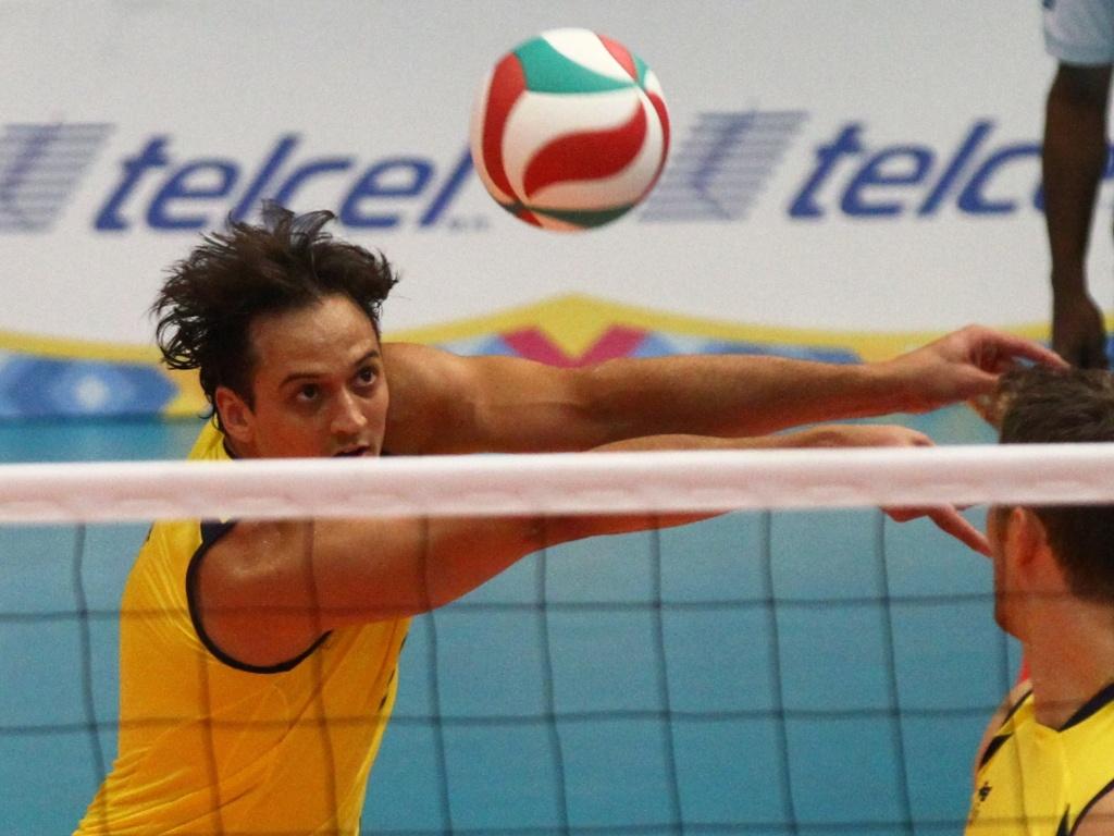 Lipe, ponta da seleção de vôlei, recepciona a bola durante a vitória do Brasil sobre o Canadá, na estreia do time no Pan (24/10/2011)
