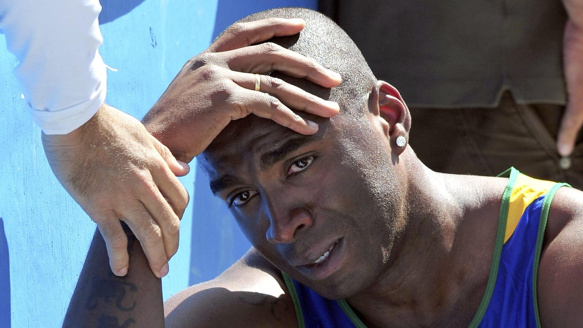 Luiz Araújo chora depois de abandonar a prova do salto em distância no decatlo (24/10/2011)