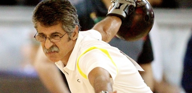 O veterano Márcio Vieira, durante a disputa por duplas no boliche em Guadalajara
