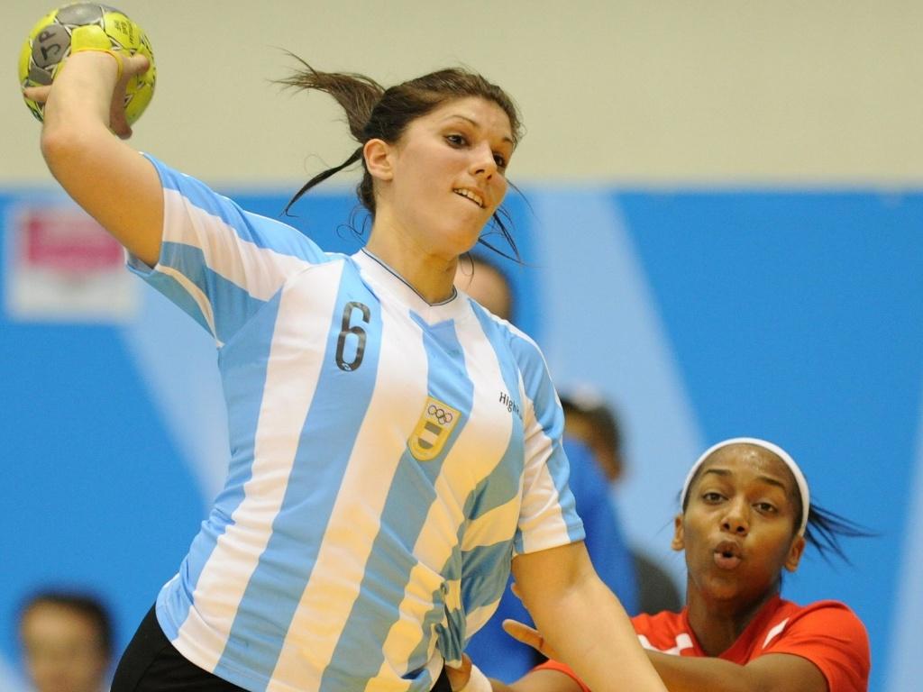 Maria Magdalena Decilio prepara arremesso na partida da Argentina contra Porto Rico pelo Pan de Guadalajara (15/10/2011)