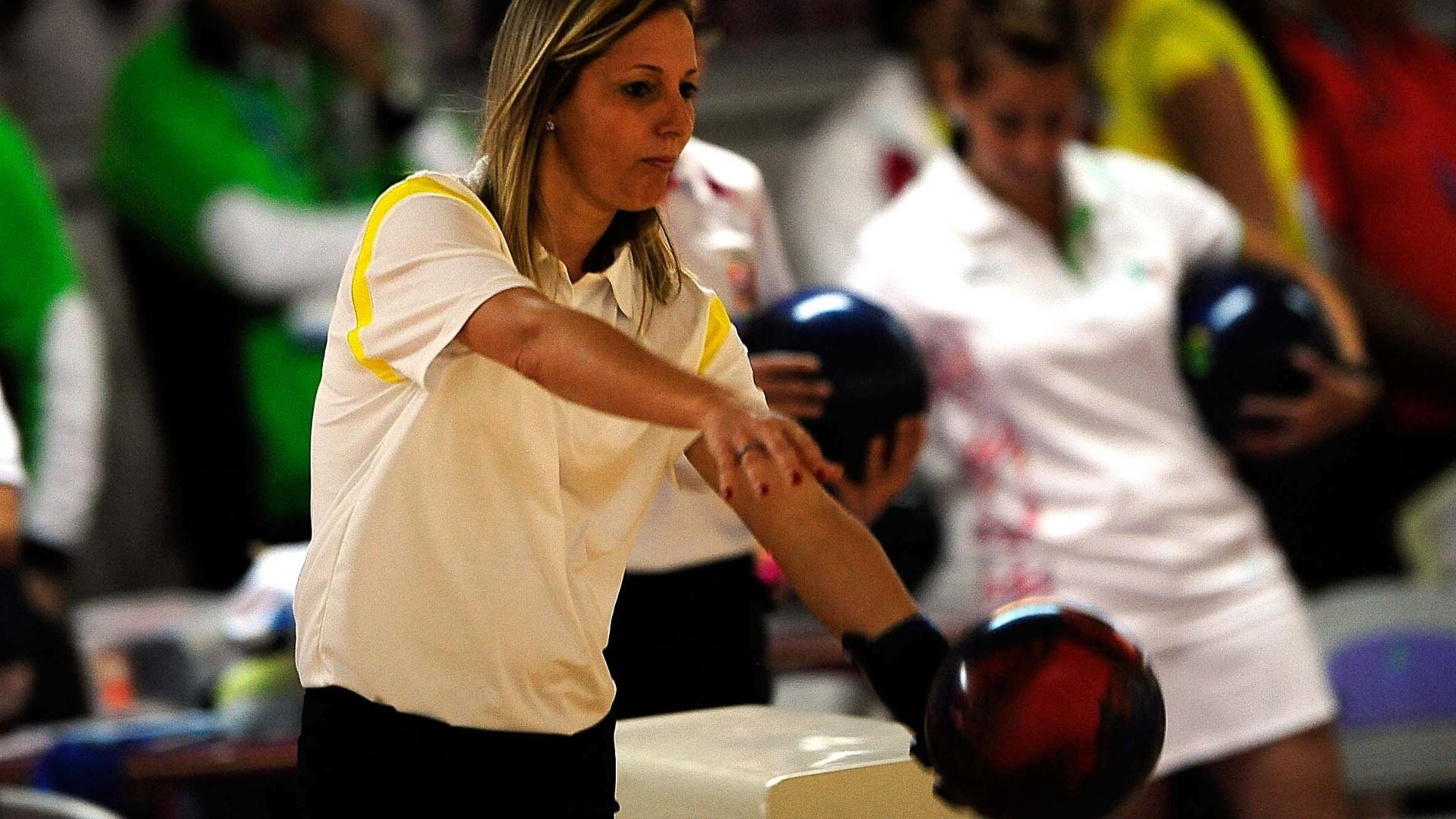 Marizete Scleer disputa competição de duplas do boliche ao lado de Stephanie Martins
